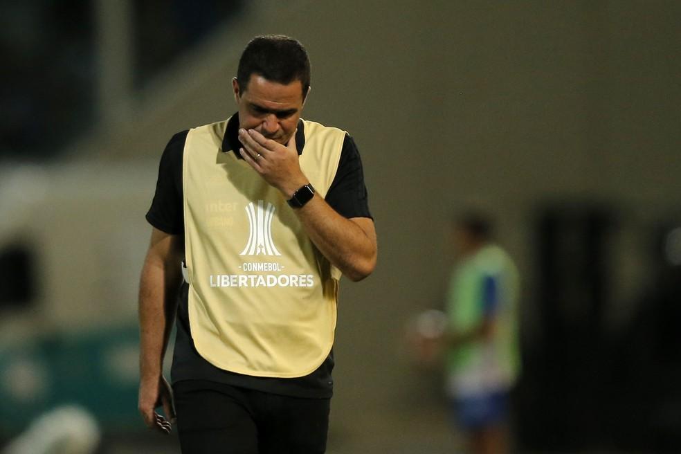 André Jardine durante a derrota do São Paulo para o Talleres, na Argentina — Foto: DIEGO LIMA / AFP
