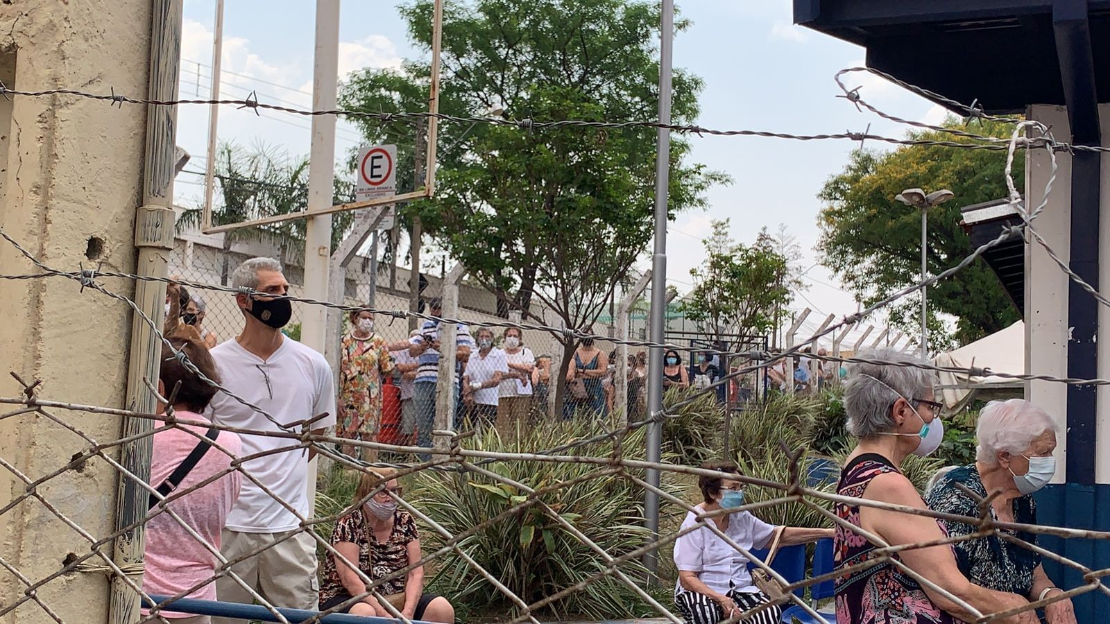 Covid-19: idosos reclamam de fila para tomar dose de reforço em posto de saúde de Campinas