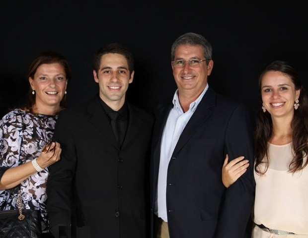 Na foto, Luiz com a madrasta, o pai e a irmã, que continuam desaparecidos (Foto: Reprodução Facebook)