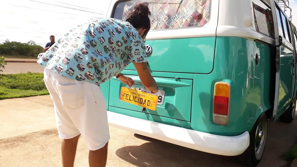 Cícero dando toque especial a placa da 'Florisbela Celeste', durante passagem por Porto Velho.  — Foto: Pedro Bentes/G1
