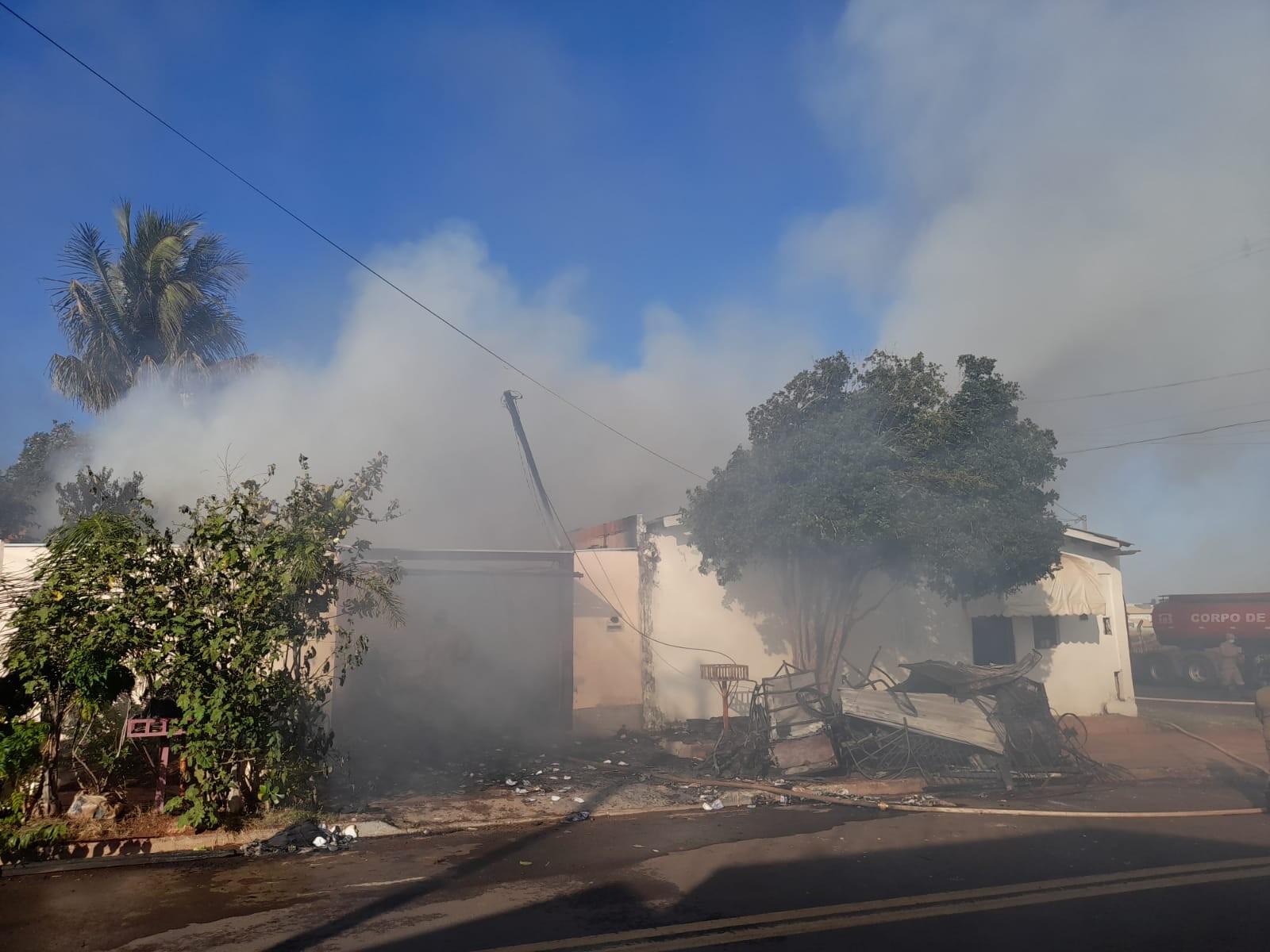 Moradora socorrida em casa destruída por incêndio acredita que marido tenha sido responsável pelo fogo