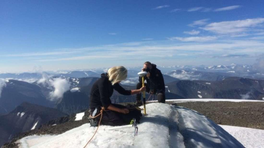 Pesquisadores analisam pico da montanha Kebnekaise (Foto: Divulgação/Universidade de Estocolmo)