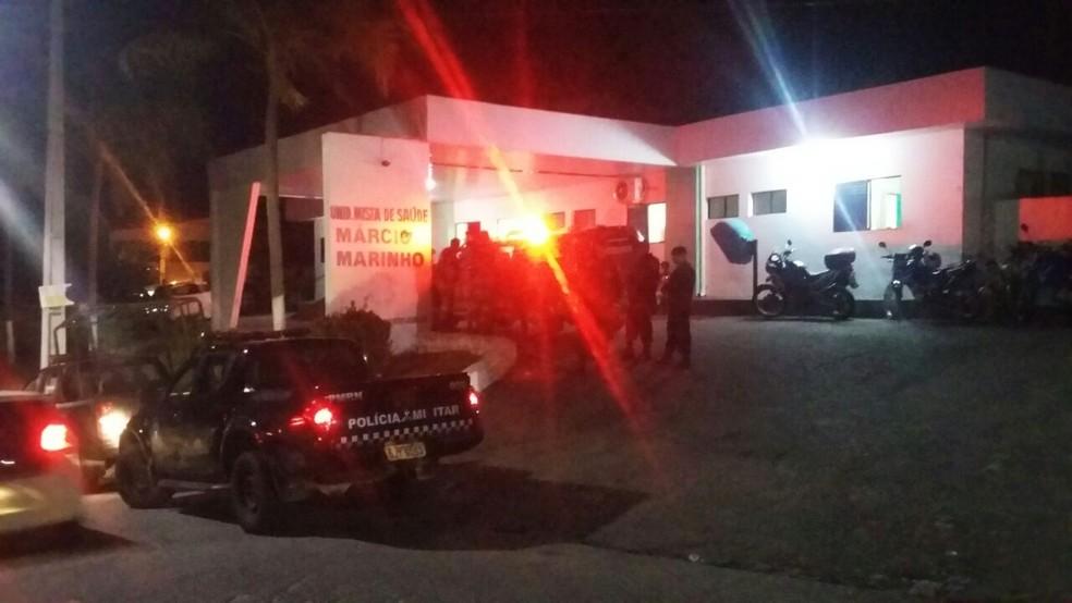 Ferido, PM foi levado a uma unidade de saúde na praia de Pirangi do Norte, onde recebeu os primeiros atendimentos (Foto: Sérgio Henrique Santos/Inter TV Cabugi)