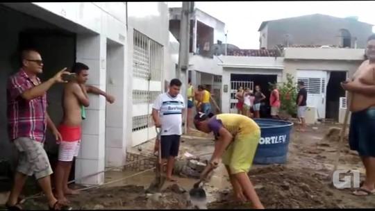 Casas são invadidas por água após cano da Adutora do Agreste estourar
