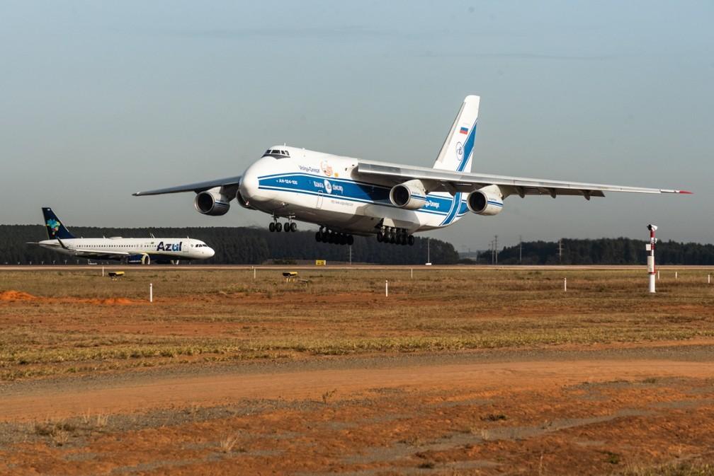 Antonov 124 pousa em Viracopos e é registrado no 'Spotter day', em Campinas. — Foto: Luciano Calafiori/G1
