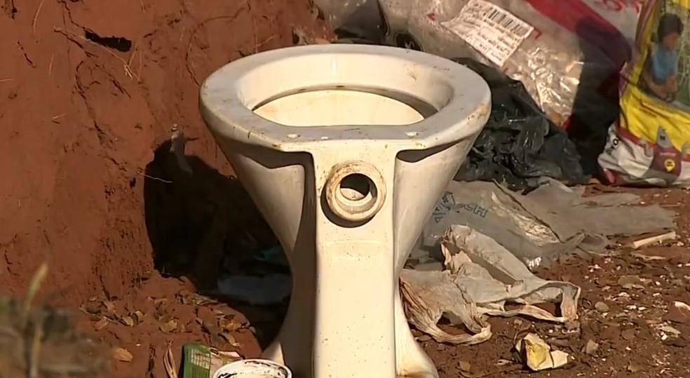 Até vaso sanitário foi descartado em lixão no Jardim Ernesto Kühl, em Limeira — Foto: Ronaldo Oliveira/ EPTV