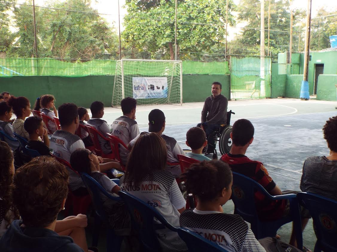 Rodolfo Ramos conversa com alunos do Tênis Solidário