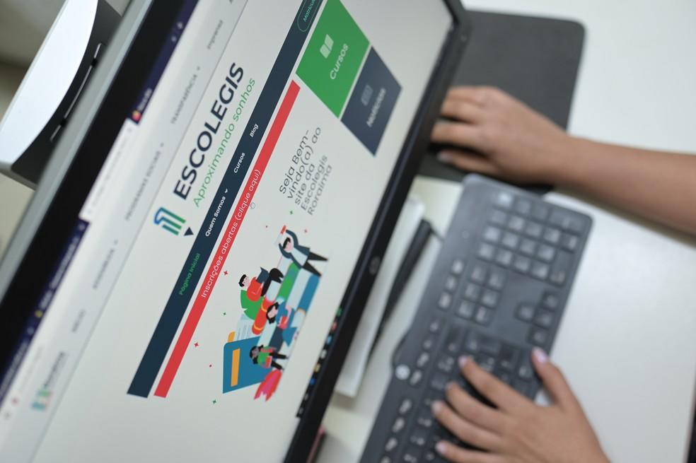 Inscrições e cursos são feitos de forma online — Foto: Escolegis/Divulgação