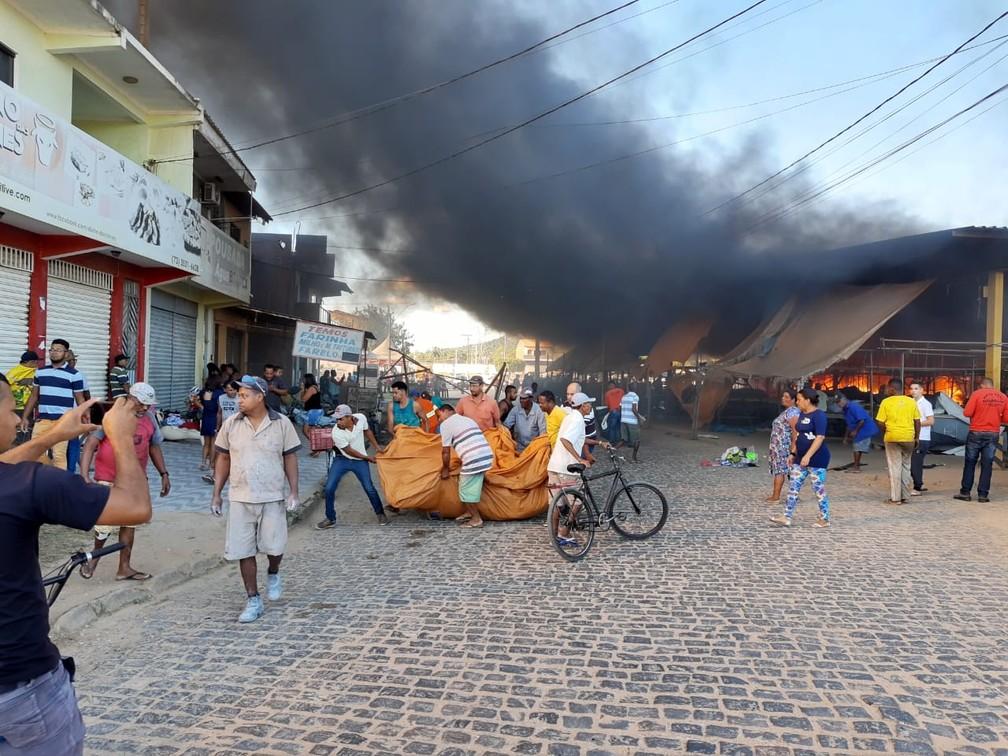 Seis barracas pegaram fogo — Foto: Giro Ipiaú