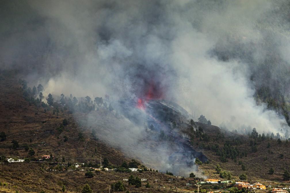 A fumaça sobe no vulcão Cumbre Viegja na ilha de La Palma nas Canárias, Espanha — Foto: AP Photo/Jonathan Rodriguez