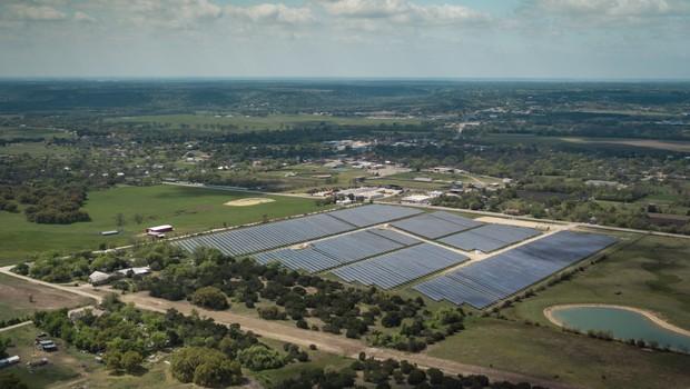 Parque solar em Meridian, no Texas (EUA), é um dos que recebe investimento do Starbucks  (Foto: Divulgação/Starbucks)