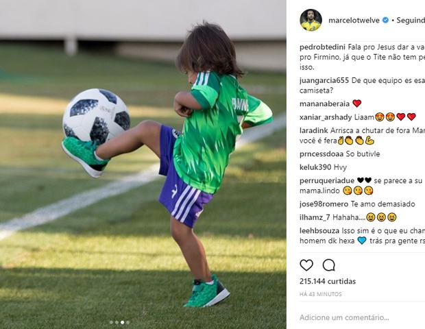 A pequena Liam brinca com a bola. Parece que o futebol está mesmo no sangue! (Foto: Reprodução Instagram)