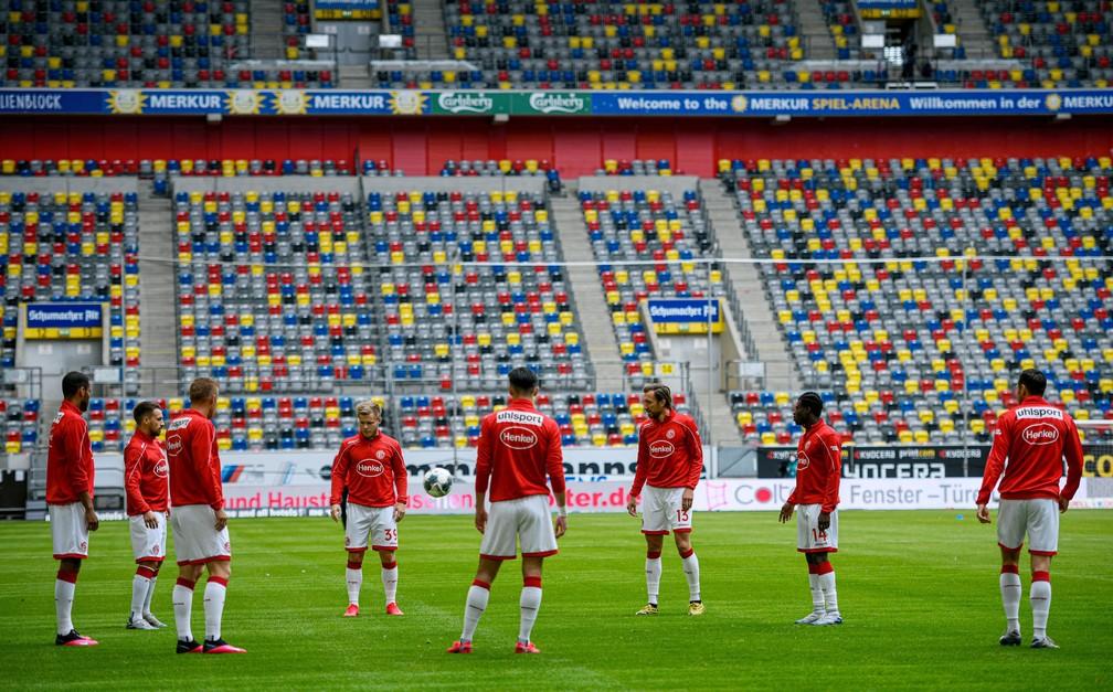 Aquecimento sem máscaras e diante de arquibancadas vazias dos jogadores do Fortuna Dusseldorf antes de confronto com SC Paderborn  — Foto: Sascha Schuermann/Pool via REUTERS