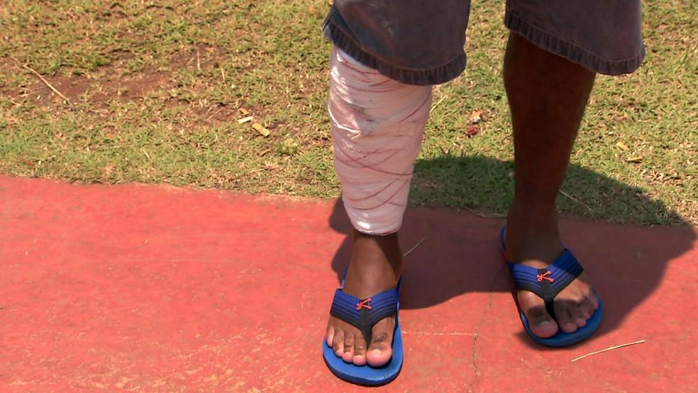 Ele foi mordido na perna e socorrido pela PM, que chegou ao local  — Foto: Reprodução/TV Globo