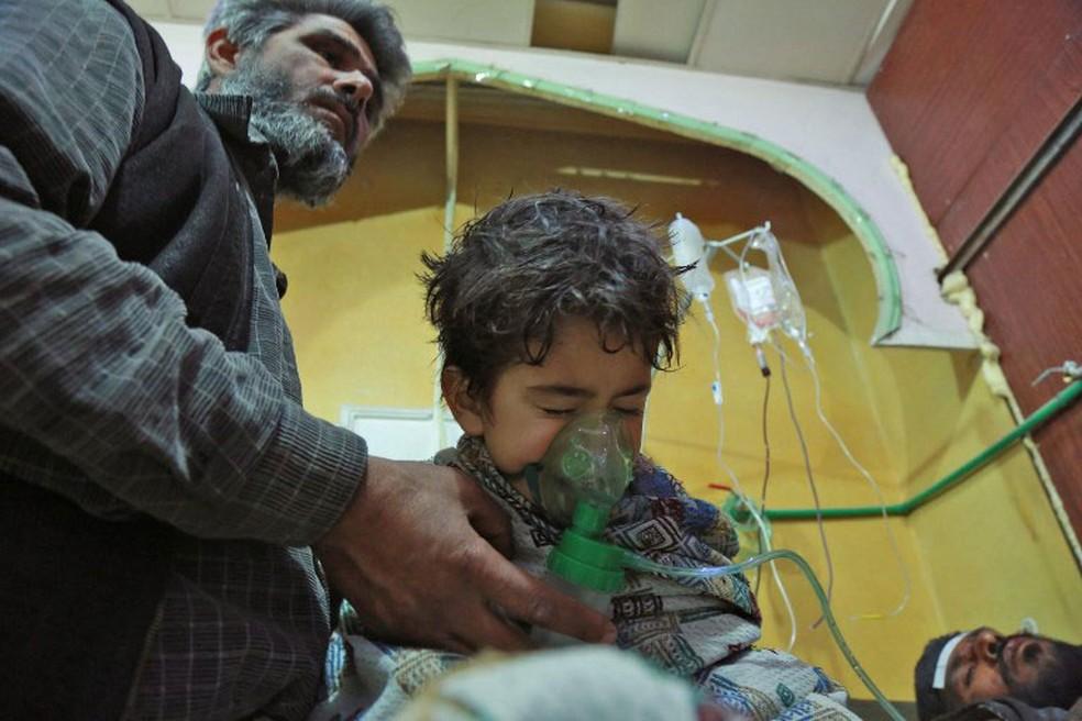 Criança recebe atendimento após ataque em al-Shifuniyah, em Guta Oriental, no domingo (25) (Foto: Hamza Al-Ajweh / AFP )