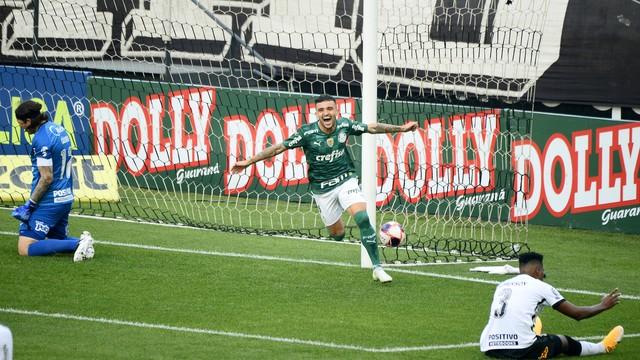 Victor Luis comemora gol do Palmeiras contra o Corinthians