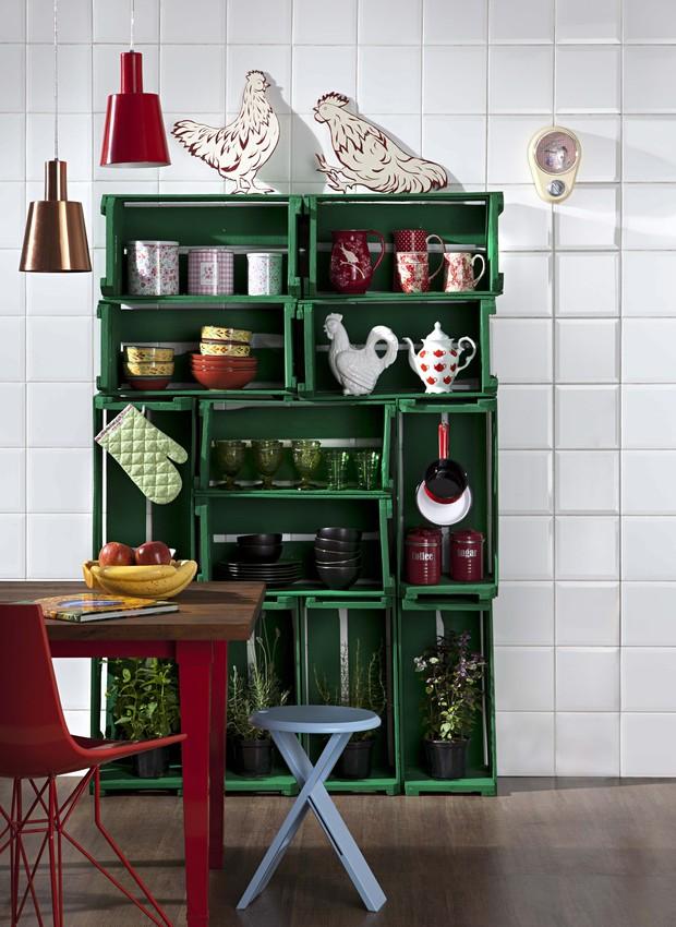 Equilibrados na vertical e na horizontal, os caixotes formam a estante da cozinha. Para garantir a estabilidade, eles devem ser parafusados uns nos outros e, depois, chumbados na parede (Foto: Carlos Cubi / Casa e Jardim)
