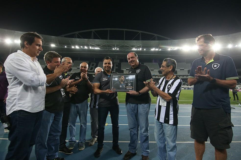 Mufarrej entregou placa de um ano como técnico a Jair Ventura (Foto: Vitor Silva/SSPress/Botafogo)