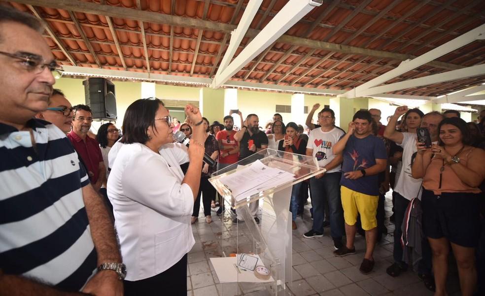 Governadora do RN, Fátima Bezerra (PT) discursa durante ato de repúdio a golpe de 1964 neste domingo (31) em Natal — Foto: Elisa Elsie