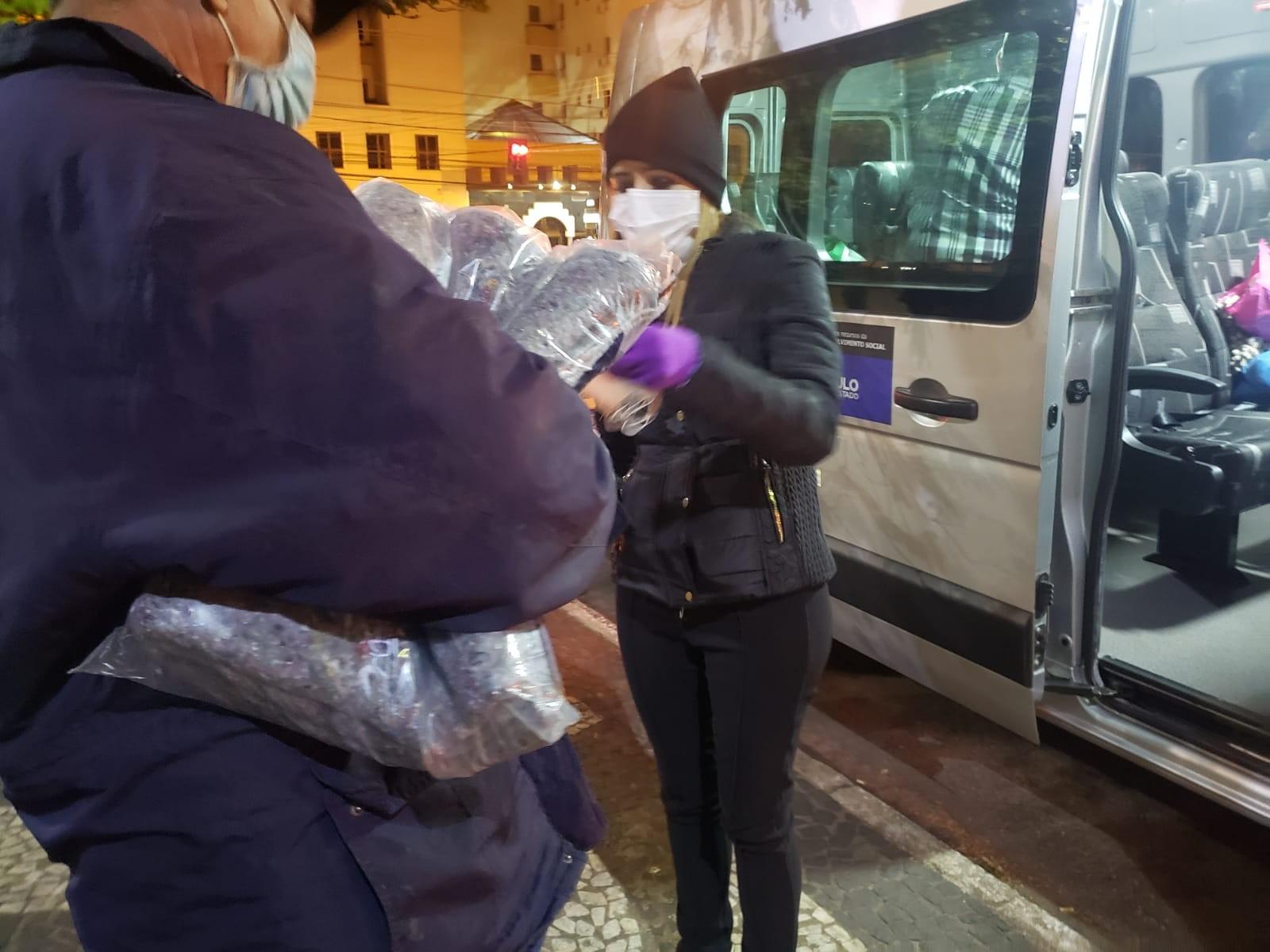 Onda de frio em Presidente Prudente leva à distribuição de cobertores para moradores de rua