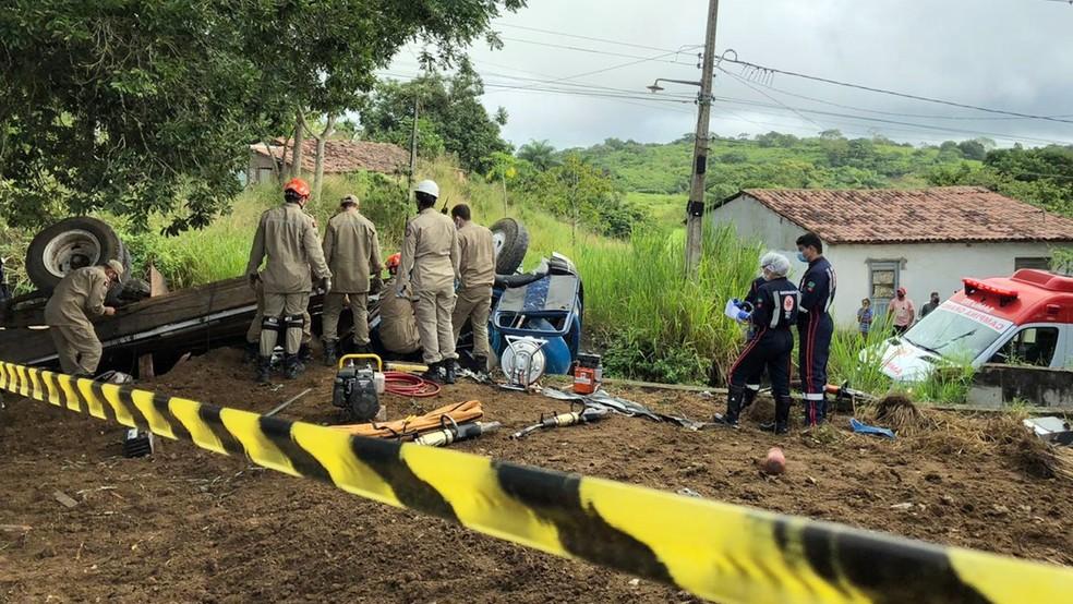 Corpo de Bombeiros foi acionado para regastar vítima que ficou presa às ferrragens em Lagoa Seca, PB — Foto: Artur Lira/TV Paraíba