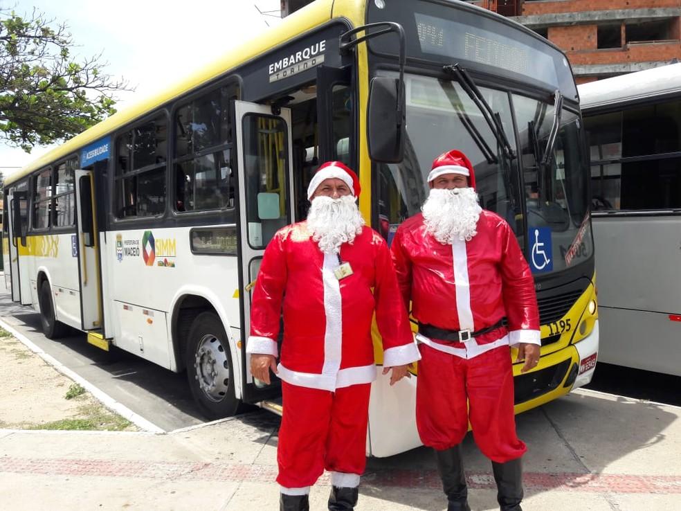Motorista e cobrador se vestem de Papai Noel em Maceió — Foto: Thamires Ribeiro/G1