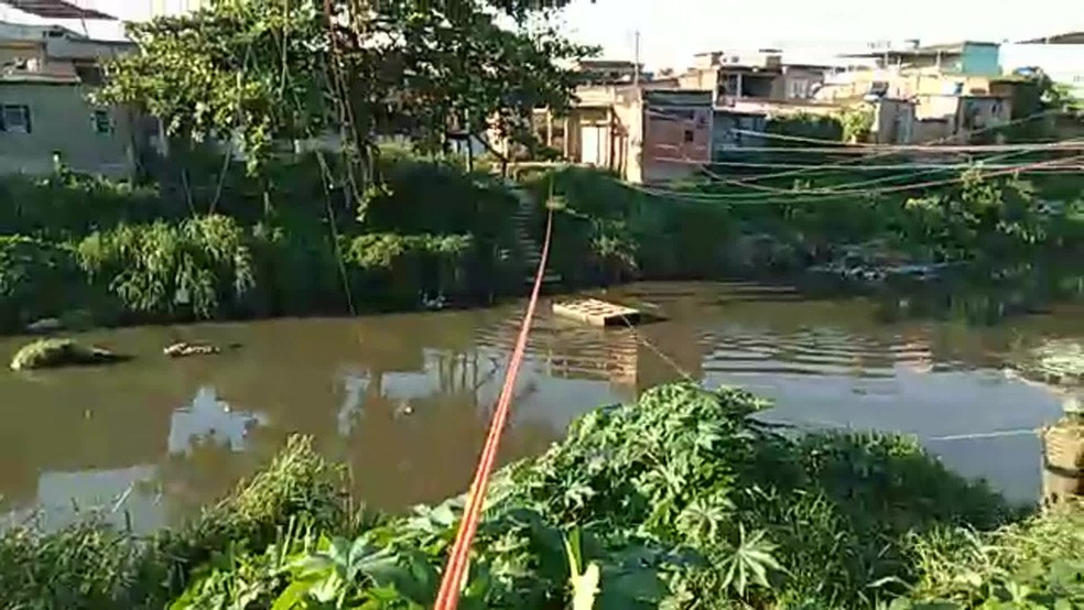 Criminosos usavam balsa para atravessar rio  — Foto: Reprodução / TV Globo