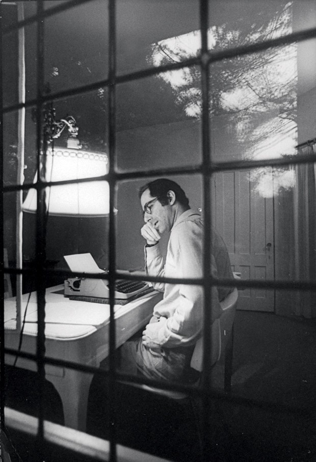 Phillip Roth observado enquanto trabalhava (Foto: Bob Peterson/ The Life Images Collection/ Getty Images)