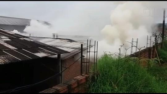 Bombeiros levam 14 horas para conter incêndio em marcenaria de União da Vitória