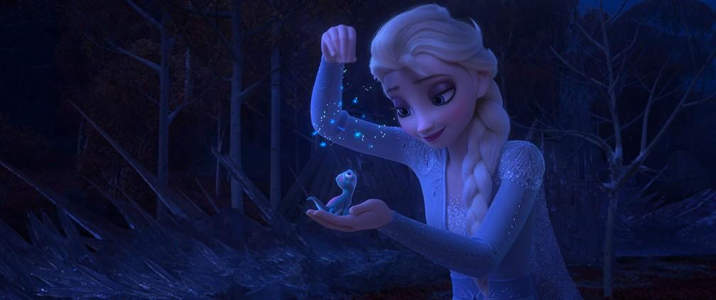 Elsa e a salamandra em cena de 'Frozen 2' — Foto: Divulgação/Disney