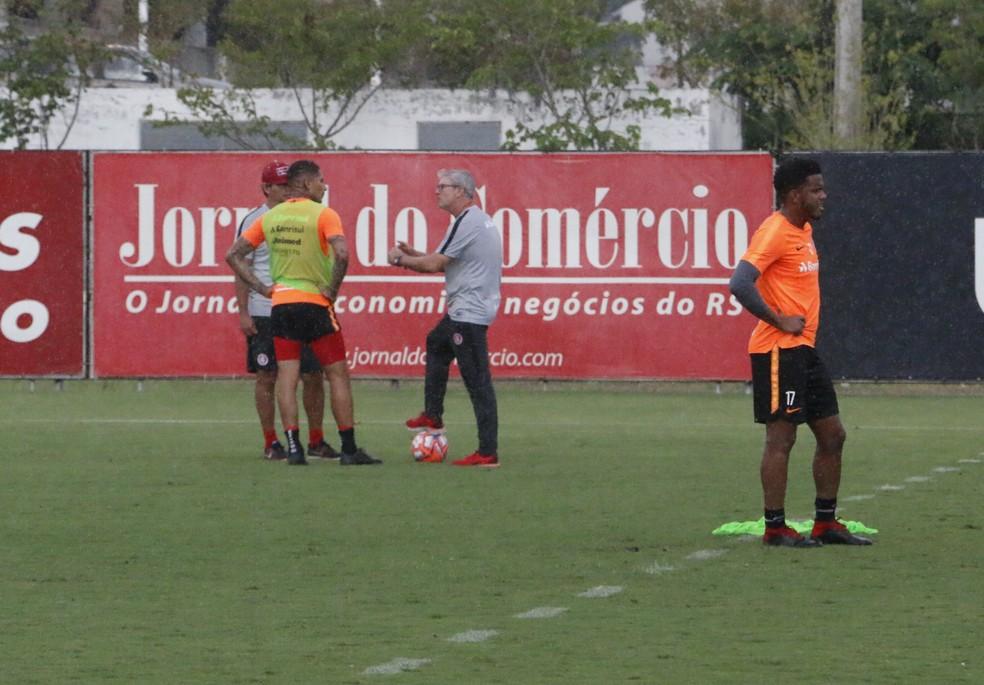 Paolo Guerrero tem conversa com Odair Hellmann em treino — Foto: Eduardo Deconto