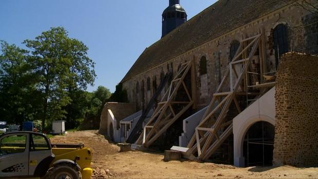 Em Thiron-Gardais, a igreja é mantida em pé por suportes de madeira (Foto: Getty Images)