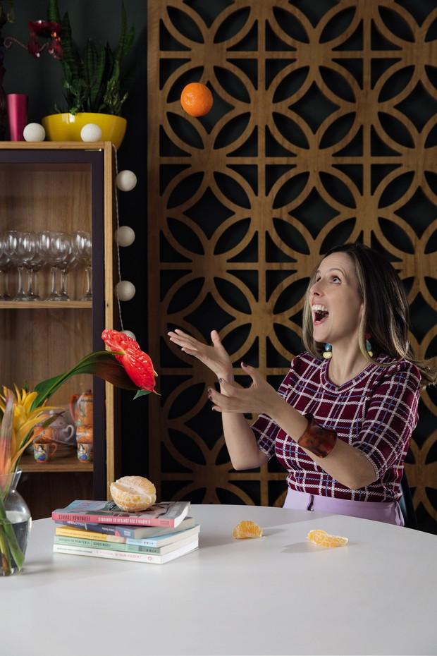 Tati Bernardi em sua casa veste blusa Coven, calça Cris Barros e brincos, Zara (Foto: Divulgação)