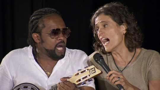 """Amigos homenageiam Beth Carvalho cantando """"Caciqueando"""""""