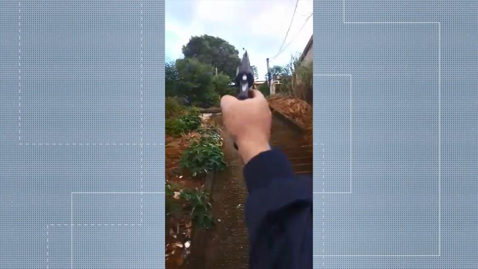 Em vídeo, adolescentes aparecem atirando pelas ruas do bairro São Marcos, na Serra — Foto: Reprodução/TV Gazeta