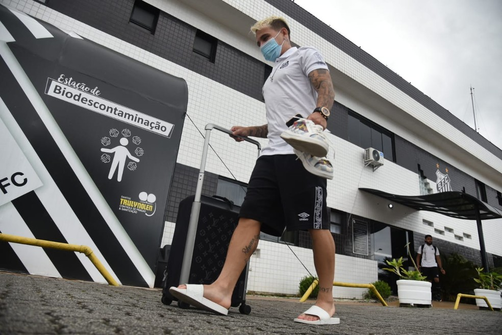 Soteldo no embarque do Santos para a Argentina — Foto: Ivan Storti / Santos FC