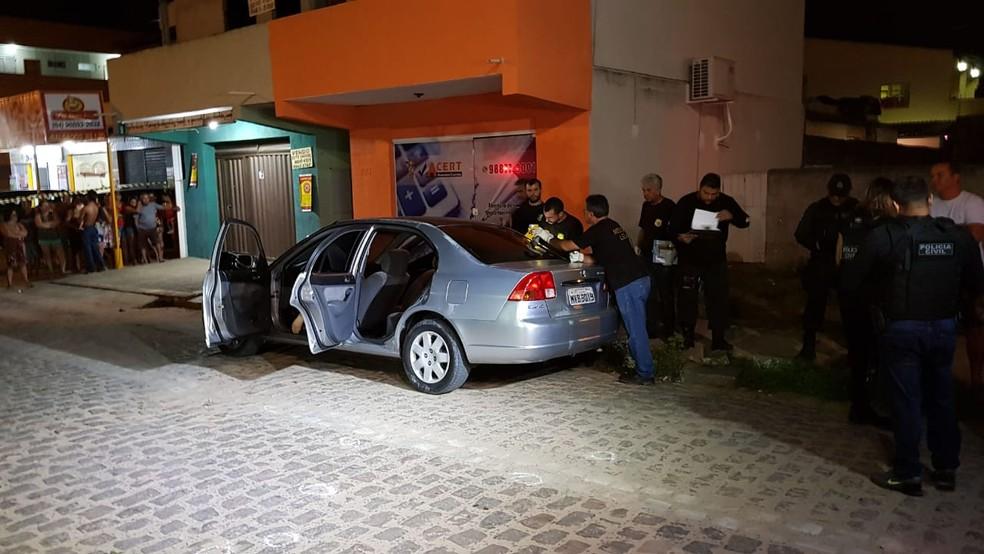 Homem estava dentro de um carro com uma mulher e as duas crianças na principal rua de Cajupiranga, em Parnamirim — Foto: Rafael Fernandes/Inter TV Cabugi