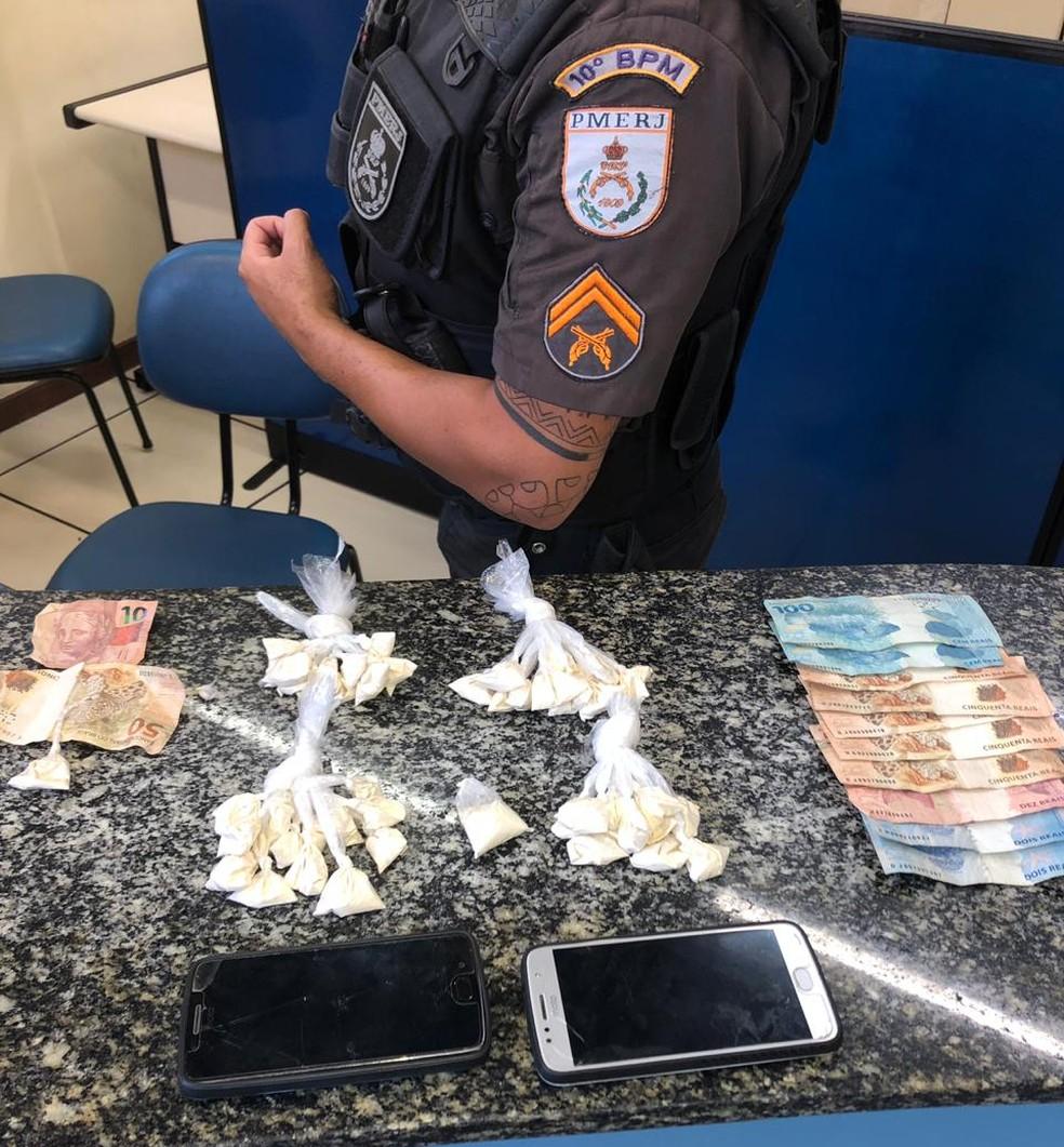 Homem é preso com 50 sacolés de cocaína no Centro de Vassouras — Foto: Divulgação/PM