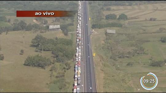 Caminhoneiros protestam contra a alta do diesel na Dutra em Jacareí, Pinda e Lorena