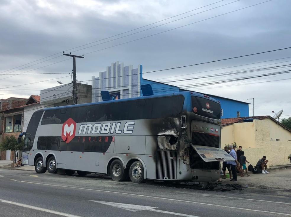 Ônibus do Botafogo pega fogo, em Campina Grandr — Foto: Waléria Assunção/TV Paraíba