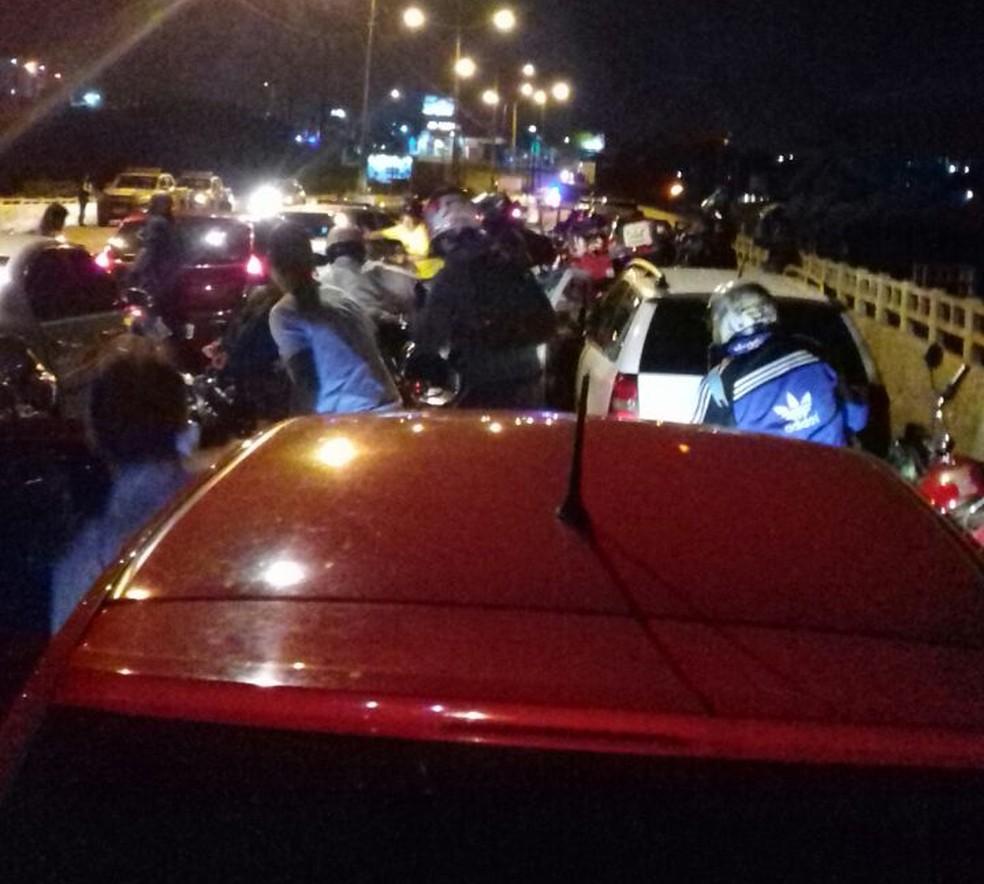 Trânsito na Ponte de Igapó, em Natal, parou por causa da troca de tiros entre criminosos (Foto: Redes Sociais)