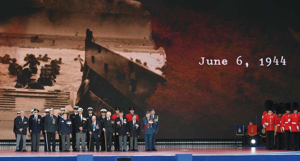 """Veteranos da Segunda Guerra Mundial participam de homenagem pelos 75 anos do """"Dia D"""" em Portsmouth, Inglaterra, nesta quarta-feira (5). — Foto: Mnadel Ngan/AFP"""