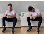 Romulo Estrela no sofá de sua casa, que fica na Barra, Zona Oeste do Rio | Reprodução