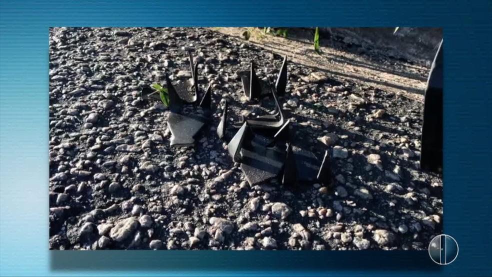 Grampos foram deixados na estrada pelos criminosos em Monte Alegre, RN (Foto: Inter TV Cabugi/Reprodução)