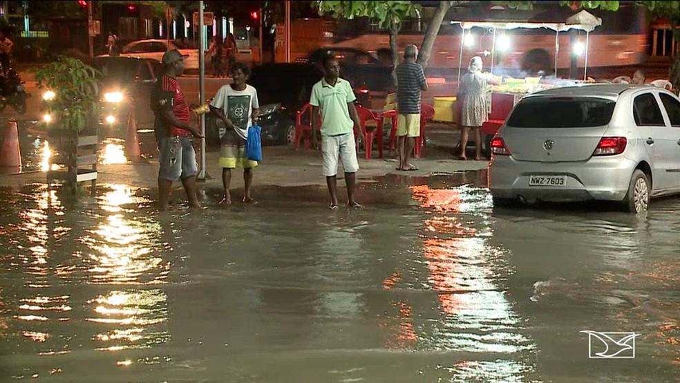 Água do mar subiu por galerias subterrâneas e atingiu um estacionamento na Praia Grande, em São Luís — Foto: Reprodução/TV Mirante