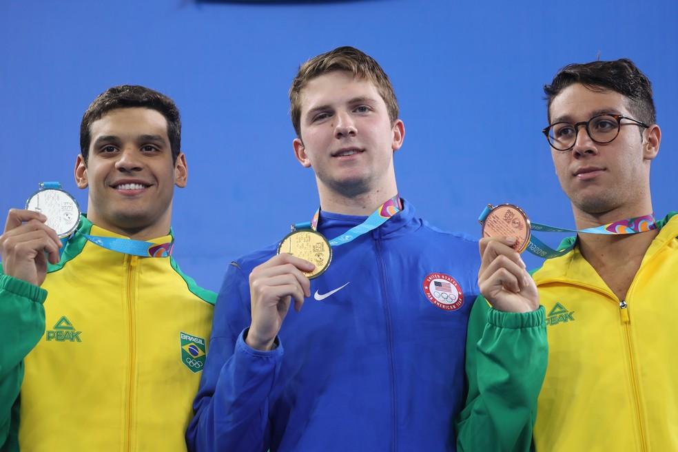 Leonardo Santos (à esq.) e Brandonn Almeida no pódio dos 400m medley Pan de Lima — Foto: REUTERS/Sergio Moraes