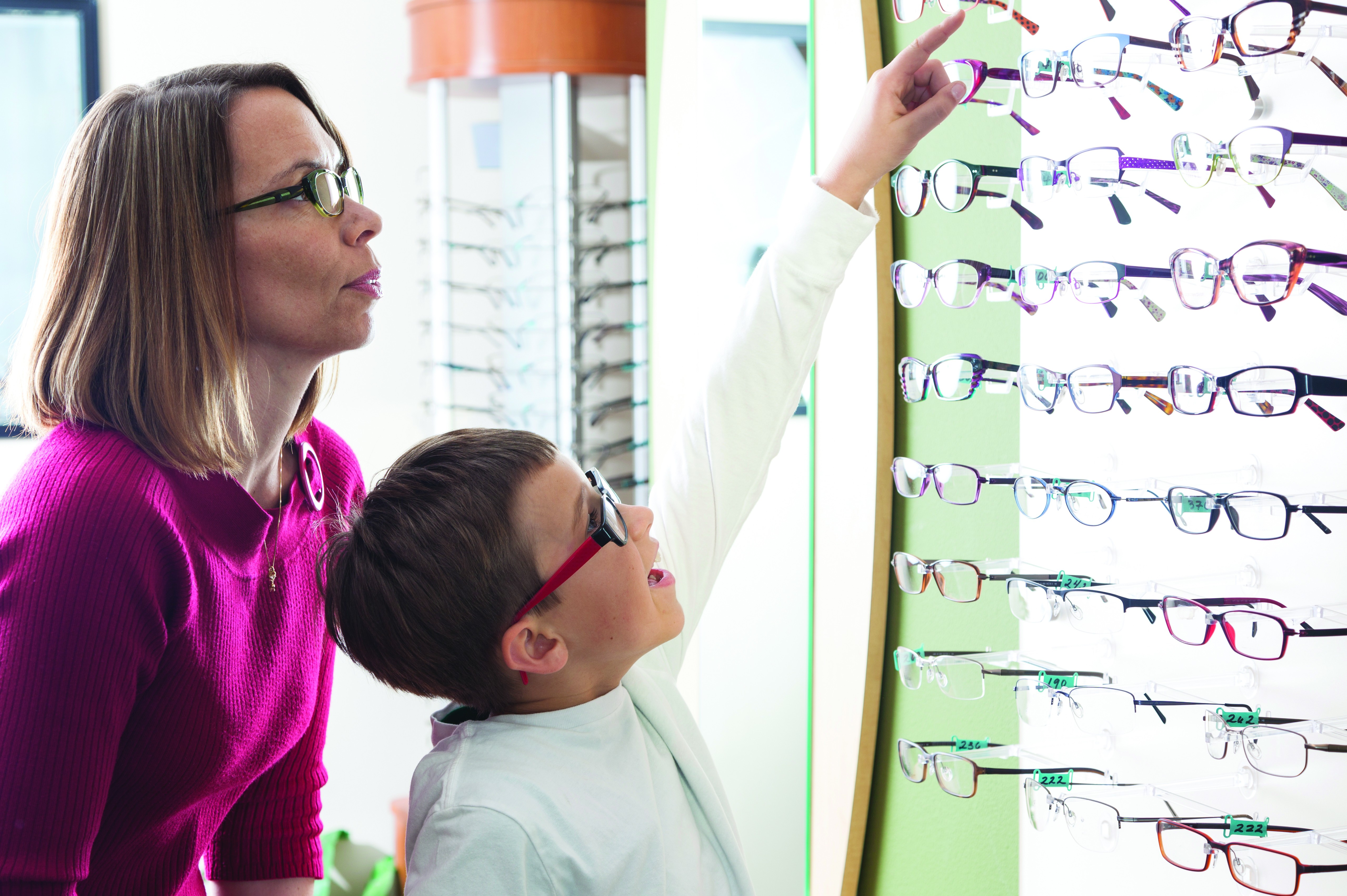 Mother and son buying glasses in optometrist office (Foto: Getty Images)
