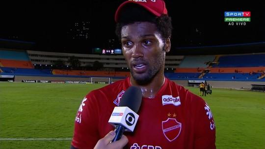 """Bruno Mezenga comemora mais um gol de falta pelo Vila Nova e promete: """"A luta continua"""""""