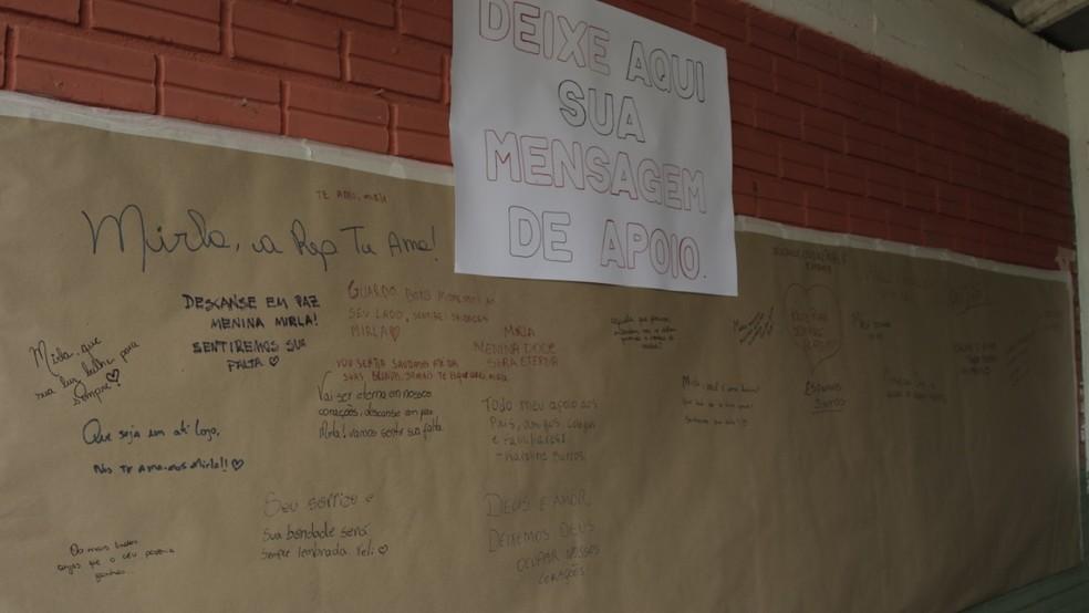 Cartaz homenageou professoras e demais vítimas de ataque em Saudades  — Foto: Sirli Freitas/Arquivo pessoal