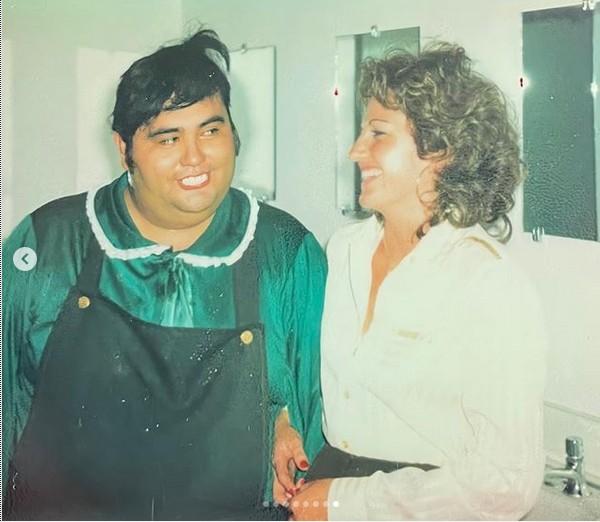 Gache Rivera com Édgar Vivar (Senhor Barriga e Nhonho) nos bastidores de um espetáculo do elenco de Chaves na Venezuela no fim dos anos 70 (Foto: Instagram)
